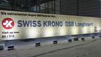 Vraisemblablement le plus long panneau OSB du monde : un Longboard OSB SWISS KRONO de 18 mètres de long devant l'atrium du parc des expositions de Munich