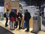 Interessierte Besucher am SWISS KRONO Stand bei der Timber Expo in Birmingham