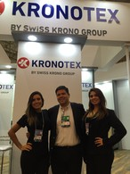 Javier Torrejón, the SWISS KRONO TEX sales director for Latin America, flanked by hostesses Nathalia and Isabelle