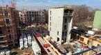 Blick auf die Großbaustelle, auf der fünf Gebäude parallel entstehen