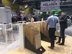 Standbesucher interessieren sich für das SWISS KRONO OSB Portfolio auf der Timber Expo 2017