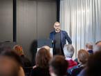 Hannes Bäuerle eröffnete die Veranstaltung mit einem Vortrag über Materialtrends