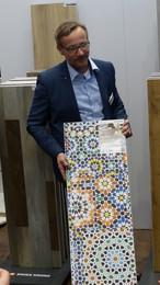 Новый декор, приковывающий взгляды: Мозаика (Q 001) – представлен Ахимом Шольцом, менеджером по продукции SWISS KRONO TEX