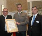 Übergabe der Lizenzurkunde auf der BAU 2017: Hans Keilhofer und Joseph Keilhofer (Keilhofer GmbH), Uwe Jöst (Geschäftsführer SWISS KRONO GmbH) (v.l.n.r.)