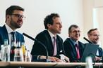 Redner beim Presse-Lunch (v.l.n.r.): Fabian Kölliker (Head of Marketing SWISS KRONO Group), Martin Brettenthaler (CEO/Vorsitzender der Konzernleitung), Uwe Jöst (Geschäftsführer SWISS KRONO Deutschland) und Achim Scholz (Produktmanager SWISS KRONO TEX)