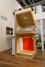 Pièce d'exposition MAGNUMBOARD® de SWISS KRONO mettant en évidence le système de construction en bois