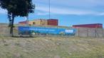 Blaue Banner weisen auf die Naturgehölze für bestäubende Insekten hin