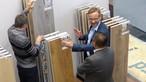 Achim Scholz, Responsable produits chez SWISS KRONO TEX, lors d'un entretien avec des visiteurs du salon