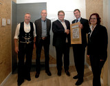 Presentation of the licensing certificate (from left to right): Harald Sauter (SWISS KRONO application technician and master carpenter), Matthias Weise (authorized representative of Ch. Borchard Holzwerk), Sven Pietzsch (managing director of Ch. Borchard Holzwerk), Uwe Jöst (Head of OSB Sales of the SWISS KRONO Group), Carolin Steigemann (SWISS KRONO application technician, Dipl. Ing. (FH) in wood technology)