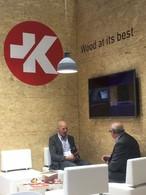 Johnny Hamilton (links), Verantwortlicher für den Vertrieb von SWISS KRONO OSB in Großbritannien und Irland, im Kundengespräch auf der Timber Expo