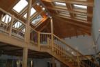Beeindruckende Dachstuhlkonstruktion aus Holz und Mustertreppen in der Musterausstellung des Firmensitzes von Keilhofer in Zwiesel